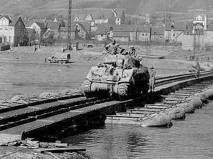 Americký tank Sherman zdolává v září 1944 provizorní most přes řeku Moselu