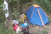 Tábořiště bezdomovců u Lobezské ulice na Slovanech.