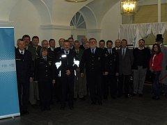 Společný snímek účastníků přeshraniční porady v Tachově.