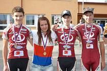Jezdci Author Teamu Stupno pózují  po  medailových žních na silničním šampionátu mládeže. Zleva  Daniel Pánek, Tereza Vališová, Daniel Lukeš a Jan Rajchart