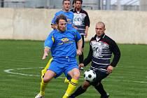Fotbalisté Doubravky (v modrém) svedou v neděli další souboj o udržení v divizi. Tentokrát se představí na hřišti pražské Admiry.