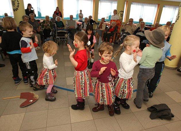 Děti z Královské školičky si připravily vystoupení pro obyvatele Domova pro seniory sv. Jiří na Doubravce