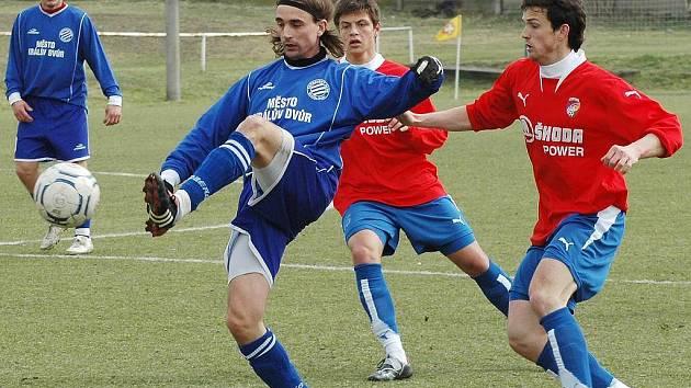 Martin Psohlavec z Viktorie Plzeň B (vpravo) vstřelil v nedělním přípravném utkání proti Královu Dvoru všechny tři branky svého týmu.