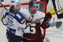 Útočník Miroslav Indrák (na snímku vlevo) ukazuje, že čím víc je zápas vypjatý, tím víc ho hokej baví