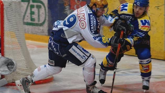 Obránce Lasselsbergeru Plzeň Václav Benák (vlevo) atakuje soupeře z Ústí nad Labem během včerejšího utkání hokejové extraligy. Plzeň vyhrála v Ústí 5:2