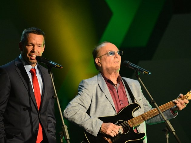 Pavel Horváth, osobnost ligy, pobavil svým vystoupením se zpěvákem Petrem Jandou, frontmanem skupiny Olympic.