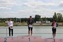 Kajakářka Slavie VŠ Plzeň Barbora Vernerová (uprostřed) vybojovala na mistrovství republiky titul v kategorii veteránek na trati 200 metrů