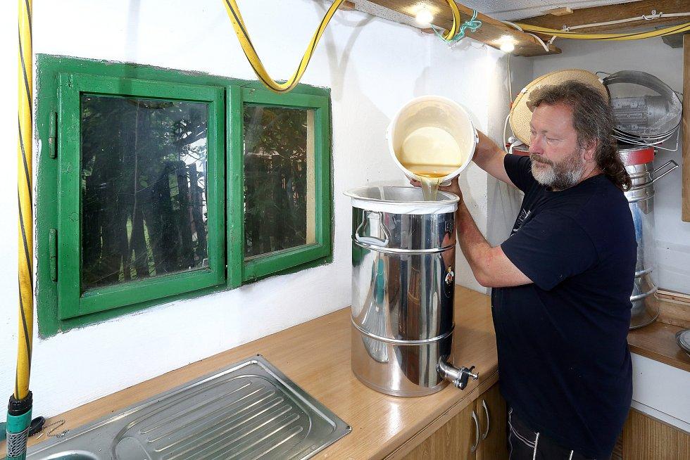 32 – Vyčištěný med se přelije do stáčecí nádoby.