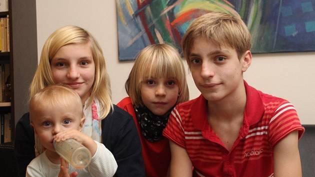 Matyáš Souček  z Druztové, který se narodil jako první dítě roku 2002, s mladšími sourozenci – dvanáctiletou Majdou, osmiletým Hynkem a ročním Vilémkem.