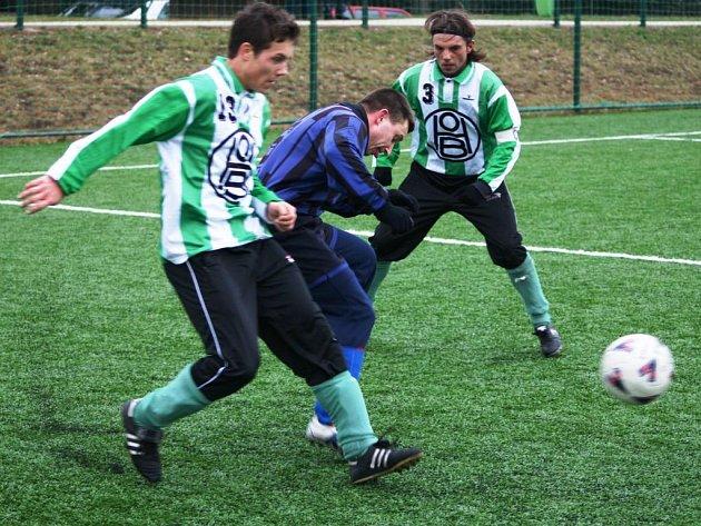 Přípravu na jarní část fotbalové sezony zpestřil celkům start v krajském poháru. Mladotice (v tmavém Josef Sebránek) v sobotu na umělé trávě v Žihli podlehly H. Bříze 1:3