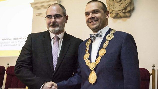 Nový primátor města Plzeň Martin Baxa (vpravo) s končícím primátorem Martinem Zrzaveckým