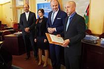 Ředitel FN Plzeň Václav Šimánek (vpravo) převzal od hejtmana Josefa Bernarda (druhý zprava) ocenění za společenskou odpovědnost