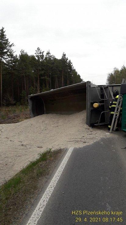 Převržený náklaďák s pískem zablokoval silnici mezi Nekmířem a Tlučnou