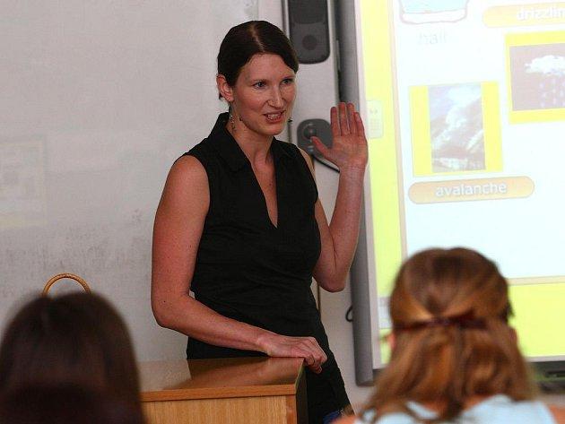 Učitelka angličtiny Lenka Slunéčková předvádí presentaci výuky na interaktivní tabuli.