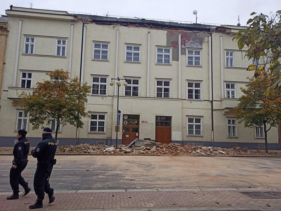 Utržená římsa v Husově ulici v Plzni.