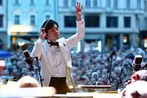 Plzeňská filharmonie přednesla pod širým nebem v rámci Festivalu Na ulici nejslavnější filmové melodie jako například Pán prstenů, Star Wars, Harry Potter nebo Les Miserables. Orchestr řídil šéfdirigent Chuhei Iwasaki.