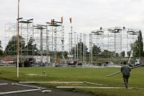 31. 5. 12.00 – V konstrukci už vyrostly vnitřní pilíře, na nichž bude částečně uchycena střecha. Podél stadionu se už začínají budovat velké pivní stany (vpředu)