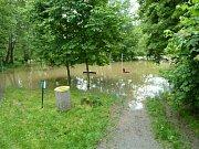 Povodeň v Plzni u dětského hřiště v Liliové ulici