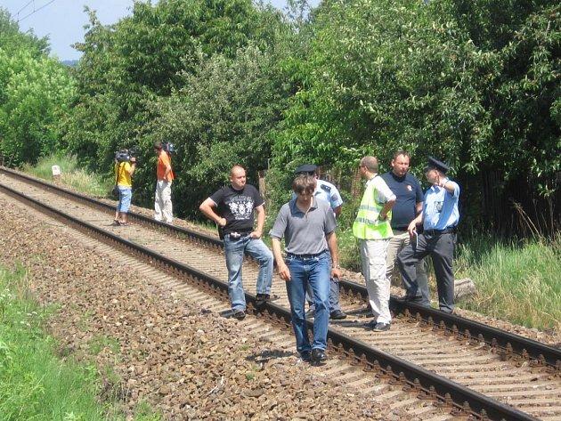 Policisté, pracovníci Drážní inspekce s hasiči ohledávají  na trati v obci Šťáhlavy místo, kde ve čtvrtek dopoledne došlo  ke střetu muže s vlakem. Podle všeho spáchal sebevraždu