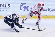 Semifinále play off hokejové extraligy - 5. zápas: HC Oceláři Třinec - HC Škoda Plzeň, 11. dubna 2019 v Třinci. Na snímku (zleva) Ondřej Kratěna, Vladimír Svačina.