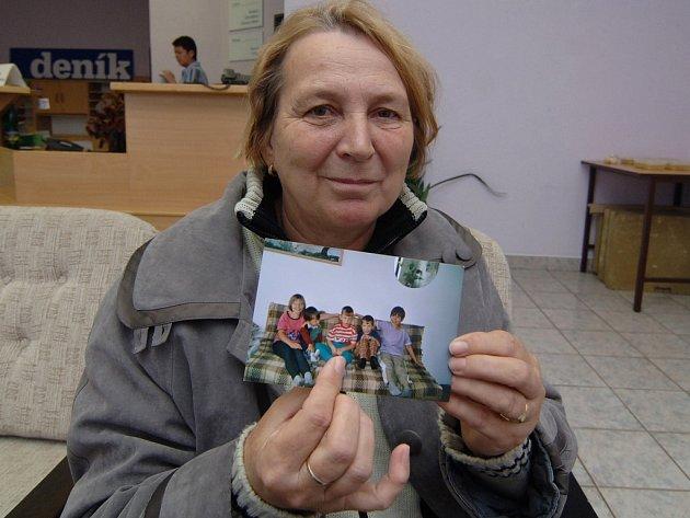 Tohle je Tomáš,  ukazuje na fotografii Zdeňka Pálková z Plzně. Soudní spor o jejího devítiletého vnuka se protahuje několik let. Kvůli  odvoláním a návrhům na předběžná opatření  je ale definitivní rozhodnutí soudu v nedohlednu.