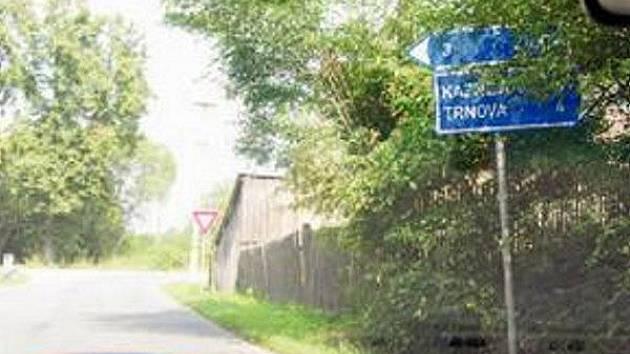UKAZATEL V HORNÍ BŘÍZE je čitelný jen ve chvíli, kdy si u něj řidiči hodně přibrzdí. Stejně jako mnoho jiných značek na Plzeňsku i tuto zakrývají větve stromů.