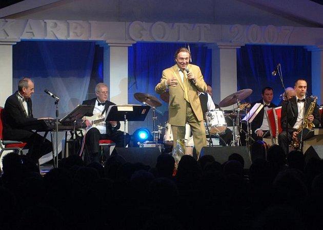 Karel Gott při svém letošním jediném vánočním koncertu v Čechách. Uskutečnil se včera (22. 12.) večer v plzeňském Parkhotelu.