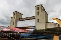 Tak dnes vypadá někdejší dominanta stadionu ve Štruncových sadech. Je zralá na zbourání
