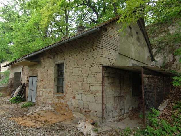 Na místě domku určeného k likvidaci vyroste nová stavba, kterou se vejde do podzemní expozice