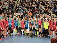 Vítězky a vítězové. Minižačky DHC Plzeň a chlapci Talentu Plzeň po závěrečné exhibici na mezinárodním turnaji Prague Handball Cup.