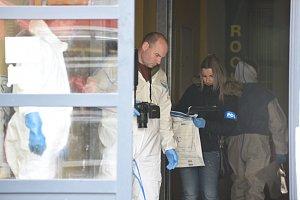 U jednoho z nočních podniků došlo k napadení několika osob chemickou látkou, zřejmě kyselinou.