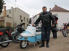 Petr Klečka se svou opravenou ČZ 502.