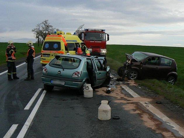 Dva osobní vozy se v neděli před půl osmou hodinou ranní střetly u jihoplzeňského Chotěšova. Jeden člověk havárii nepřežil