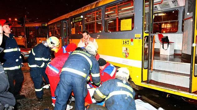 Ženě se zaklínila pod tramvaj noha. Vůz musel nadzdvihnout jeřáb.