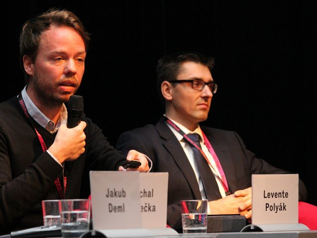 Na téma virtuálních nástrojů ve službách města hovořil také Levente Polyák (vlevo, na snímku s Luďkem Sloukou), který vroce 2013 spoluzaložil výzkumnou organizaci Eutropian, která pomáhá s procesem městské revitalizace