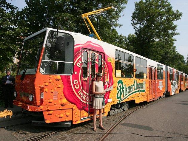 Dopravní podniky včera představily Plzeňanům na koleji v prostoru U Zvonu unikátní tramvaj v barvách Plzeňského Prazdroje