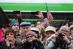 Příznivci amerického konvoje v Plzni u pomníku Díky, Ameriko!