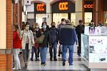 Olympia. Největší nákupní centrum v regionu znovu přivítalo zákazníky ve všech svých obchodech kromě restaurací. Návštěva obchodů přilákala stovky nakupujících a zaplněná byla ze 3/4 i obě parkoviště centra.