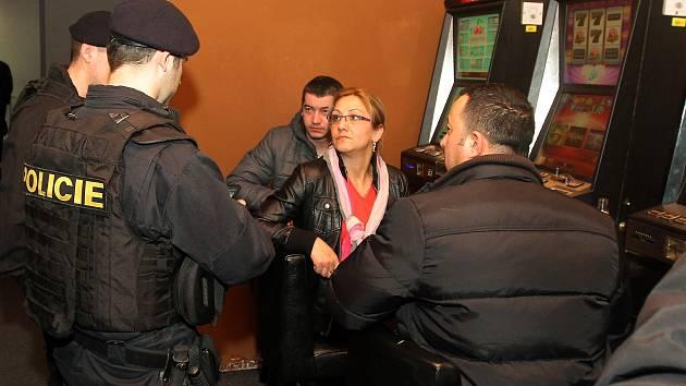 Policisté a strážnici v hernách a barech kontrolovali totožnost hostů. Žena na snímku, která byla v herně v Kollárově ulici, policistům řekla, že u sebe žádné doklady nemá. Nechala je totiž na ubytovně.