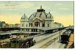 Historická pohlednice zachycuje plzeňské nádraží krátce po otevření v roce 1907. Budova postavená v secesním slohu a její okolí je od roku 2000 kulturní památkou.