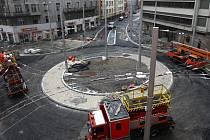 Stavba nové kruhové křižovatky u Mrakodrapu  (vlevo) finišuje. Staveniště  Americké třídy se  posouvá výš.  Křižovatka u Elektry (vpravo) se uzavírá a s ní i Jungmannova  ulice, kterou už nebude možné projíždět.