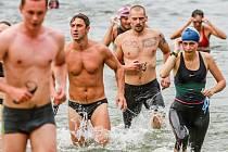 Účastníci závodů Ibis Pilsnenman musí postupně zvládnout plavání (na snímku opouštějí  bolevecký rybník),  jízdu na lodi, cyklistiku a běh.