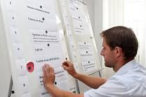 Vedoucí Odboru správních činností plzeňského magistrátu Roman Matoušek losoval, v jakém pořadí budou strany na hlasovacích lístcích ve volbách do Zastupitelstva města Plzně