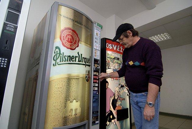 Jeden z nových pivních automatů stojí v městské hale Lokomotiva na Slovanech.