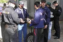 Cizinecká policie kontrolovala cizince na plzeňské burze ve Štruncových Sadech.
