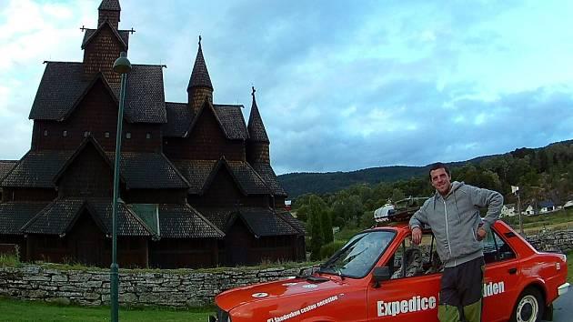 Luděk Urban se svou červenou škodovkou Máňou na jihu Norska. Na cestách strávil čtyři týdny