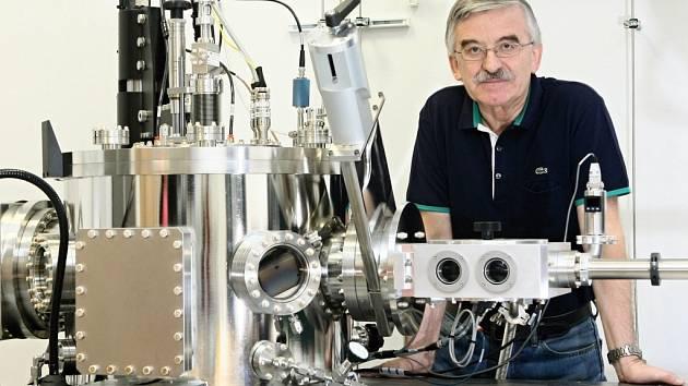 V laboratoři ráví profesor Jaroslav Vlček, který je zároveň vedoucím katedry fyziky Fakulty aplikovaných věd ZČU, mnoho času. Se svým týmem pracuje na vytváření nových tenkovrstvých materiálů plazmovými technologiemi.
