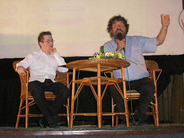 Obdoba pořadu Nikdo není dokonalý v kulturním domě v Žihli. Moderátor a imitátor JIří Bláha (na snímku vlevo) v rozmluvě s hostem – režisérem Zdeňkem Troškou