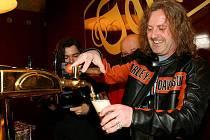 Frontman kapely Kabát Josef Vojtek si stejně jako zbylí členové skupiny vyzkoušel čepování piva. Narozdíl od nich se ale nenapil