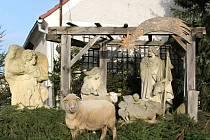 Kolemjdoucí mohou v Kozojedech obdivovat sochy Ježíška, Josefa, Marie, a také anděla, který na Ježíška dohlíží. V budoucnu by se měl betlém rozšířit.